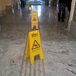 Foto: Rutschgefahr-Schilder auf Blindenleitsystem des Klagenfurter Rathauses