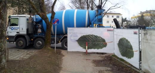 Foto: Betonmischfahrzeug blockiert Gehweg