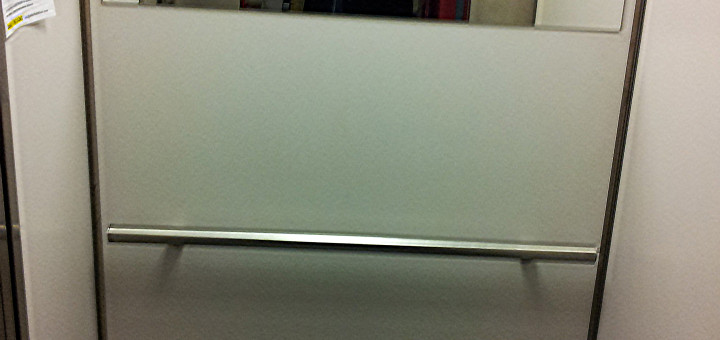 Foto: Das Innere eines Liftes, bei dem der Spiegel zu hoch montiert wurde.