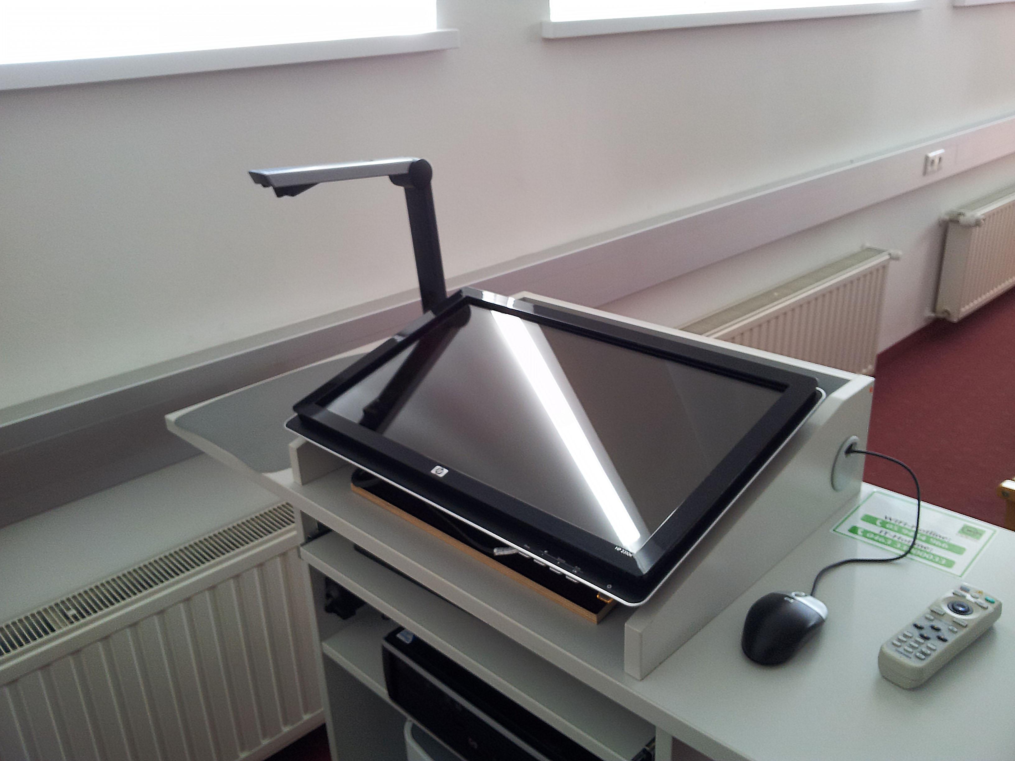 Foto: Touchscreen am Pult für Vortragende beim Wifi Klagenfurt