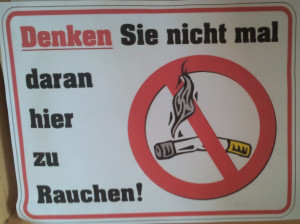 Schild: Denken Sie nicht einmal daran hier zu rauchen!