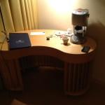 Foto: Schreibtisch mit Kaffeeautomat
