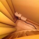 Foto: Steckdose in einem Zimmer des Hotel Falkensteiner hinter dem Schreibtisch versteckt