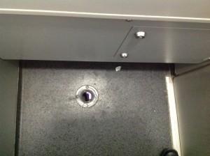Foto: Übersicht eines Lochs im Boden einer Railjet Toilette.