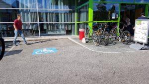 Foto: Behindertenparkplatz mit einem Aschenbecher daneben beim Möbelix Klagenfurt